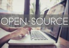 Δακτυλογράφηση επιχειρησιακών χεριών σε ένα πληκτρολόγιο lap-top με το Open Source Στοκ φωτογραφία με δικαίωμα ελεύθερης χρήσης