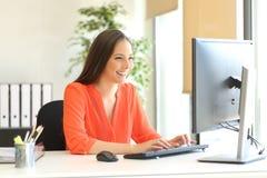 Δακτυλογράφηση εργασίας επιχειρηματιών έναν υπολογιστή γραφείου Στοκ φωτογραφίες με δικαίωμα ελεύθερης χρήσης