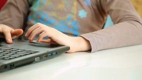 Δακτυλογράφηση κοριτσιών στο πληκτρολόγιο lap-top απόθεμα βίντεο