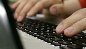 Δακτυλογράφηση σε έναν υπολογιστή απόθεμα βίντεο