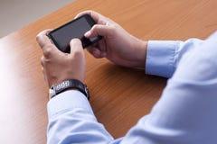 Δακτυλογράφηση στο τηλέφωνο κυττάρων Στοκ εικόνα με δικαίωμα ελεύθερης χρήσης
