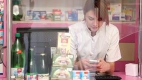 Δακτυλογράφηση φαρμακοποιών στο τηλέφωνο απόθεμα βίντεο