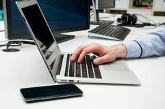Δακτυλογράφηση χεριών ατόμων στο lap-top στοκ φωτογραφία