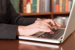 Δακτυλογραφήστε ένα έγγραφο Στοκ φωτογραφία με δικαίωμα ελεύθερης χρήσης