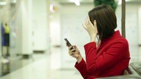 Δακτυλογραφώντας γυναίκα σε μια συσκευή smartphone απόθεμα βίντεο