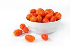Δαμάσκηνο μωρών tomates σε ένα διαμορφωμένο καρδιά κύπελλο Στοκ εικόνα με δικαίωμα ελεύθερης χρήσης