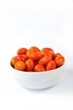 Δαμάσκηνο μωρών tomates σε ένα διαμορφωμένο καρδιά κύπελλο Στοκ Φωτογραφίες