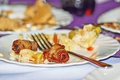 Δαμάσκηνο στο μπέϊκον στο πιάτο, πιάτο στο εστιατόριο στοκ φωτογραφίες με δικαίωμα ελεύθερης χρήσης