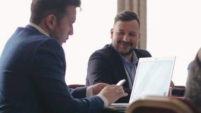 Δανία, τον Οκτώβριο του 2018 Δύο συνάδελφοι στη συνεργασία εργάζονται με ένα lap-top και μια συζήτηση ο ένας στον άλλο απόθεμα βίντεο