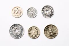 Δανικά νομίσματα σε ένα άσπρο υπόβαθρο Στοκ φωτογραφίες με δικαίωμα ελεύθερης χρήσης