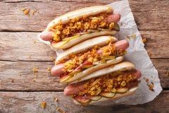 Δανικά τρόφιμα: χοτ-ντογκ με τα τριζάτα κρεμμύδια και τα παστωμένα αγγούρια γ Στοκ φωτογραφία με δικαίωμα ελεύθερης χρήσης