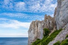 Δανική ακτή με το τουριστικό αξιοθέατο οι άσπροι απότομοι βράχοι Στοκ φωτογραφία με δικαίωμα ελεύθερης χρήσης