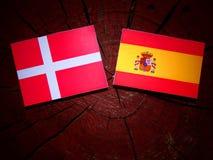 Δανική σημαία με την ισπανική σημαία σε ένα κολόβωμα δέντρων στοκ φωτογραφίες με δικαίωμα ελεύθερης χρήσης