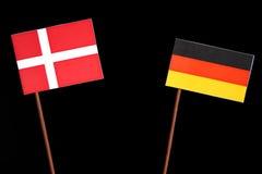 Δανική σημαία τη γερμανική σημαία που απομονώνεται με στο Μαύρο στοκ φωτογραφία