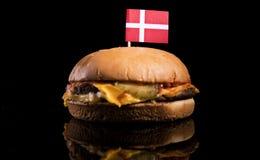 Δανική σημαία το χάμπουργκερ που απομονώνεται πάνω από στο Μαύρο στοκ εικόνα με δικαίωμα ελεύθερης χρήσης