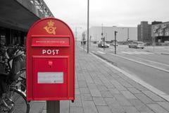 Δανική ταχυδρομική θυρίδα με τις επιγραφές για την εργασία για ένα γραπτό υπόβαθρο Στοκ φωτογραφία με δικαίωμα ελεύθερης χρήσης