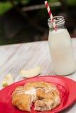 Δανική ψημένη ζύμη με το γάλα και Apple που κόβεται επάνω Στοκ Εικόνα