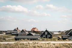 Δανικό βόρειο χωριό στον ηλιόλουστο καιρό Στοκ φωτογραφία με δικαίωμα ελεύθερης χρήσης