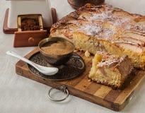 Δανικό κέικ της Apple με ένα φλιτζάνι του καφέ Στοκ φωτογραφίες με δικαίωμα ελεύθερης χρήσης