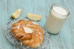 Δανικό ψημένο γάλα ζύμης και η φρέσκια τεμαχισμένη Apple Στοκ εικόνες με δικαίωμα ελεύθερης χρήσης