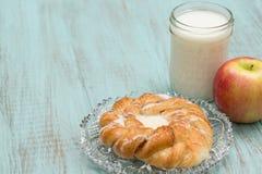 Δανικό ψημένο γάλα ζύμης και η φρέσκια Apple Στοκ Φωτογραφίες