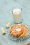 Δανικό ψημένο γάλα ζύμης και φρέσκια κατακόρυφος της Apple περικοπών Στοκ Εικόνες