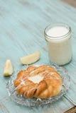 Δανικό ψημένο γάλα ζύμης και φρέσκια κατακόρυφος της Apple Στοκ φωτογραφία με δικαίωμα ελεύθερης χρήσης