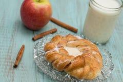 Δανικό ψημένο γάλα Apple ζύμης και ραβδιά κανέλας Στοκ Εικόνες
