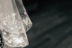 Δαντέλλα Tulle στο σκοτεινό ξύλινο υπόβαθρο στοκ εικόνες