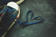 Δαντέλλες μορφής καρδιών παιδιών μποτών αθλητικού τζιν παντελόνι πέρα από κατασκευασμένο Grounge Chalckboard τονισμένος Εκπαίδευσ στοκ εικόνες