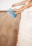 Δαντέλλα κοριτσιών τα παπούτσια τρεξίματός της που κάθονται στο κρεβάτι στο πρωί Στοκ Φωτογραφία