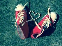 Δαντέλλες πάνινων παπουτσιών μποτών μπέιζ-μπώλ καρδιών αγάπης Στοκ Φωτογραφία