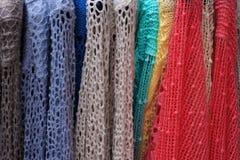 Δαντελλωτός πουλόβερ στις κρεμάστρες Στοκ Φωτογραφίες