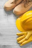 Δαντελλών προστατευτικά γάντια δέρματος καπέλων μποτών σκληρά στον ξύλινο πίνακα ομο Στοκ φωτογραφίες με δικαίωμα ελεύθερης χρήσης