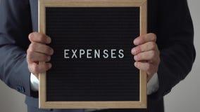 Δαπάνες λέξης από τις επιστολές στον πίνακα κειμένων στα ανώνυμα χέρια επιχειρηματιών απόθεμα βίντεο