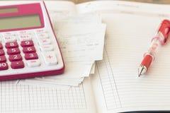 Δαπάνη πληρωμής ολισθήσεων του ελέγχου πιστωτικών καρτών και ελέγχου μηνιαία Στοκ Φωτογραφία