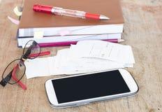 Δαπάνη πληρωμής ολισθήσεων του ελέγχου πιστωτικών καρτών και ελέγχου μηνιαία στοκ φωτογραφία με δικαίωμα ελεύθερης χρήσης
