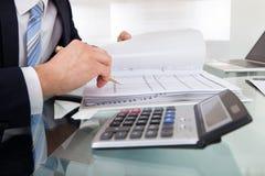 Δαπάνη υπολογισμού εκμετάλλευσης επιχειρηματιών στην αρχή Στοκ φωτογραφία με δικαίωμα ελεύθερης χρήσης
