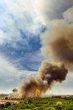 Δασικές πυρκαγιές στην πόλη σε μια καυτή υπερβολική παροχή Πυροσβέστης που ενισχύεται να επιταχύνει να αποτρέψει την πυρκαγιά που στοκ εικόνα