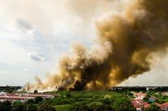 Δασικές πυρκαγιές στην πόλη σε μια καυτή υπερβολική παροχή Πυροσβέστης που ενισχύεται να επιταχύνει να αποτρέψει την πυρκαγιά που στοκ φωτογραφίες