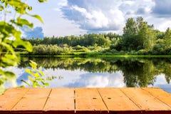 Δασική λίμνη και ξύλινο υπόβαθρο πινάκων Στοκ Εικόνα