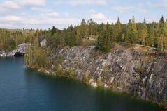 Δασική λίμνη στους βράχους Στοκ Εικόνες
