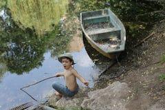 δασική λίμνη αγοριών Στοκ φωτογραφία με δικαίωμα ελεύθερης χρήσης