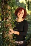 δασική πράσινη κόκκινη γυν&al Στοκ φωτογραφία με δικαίωμα ελεύθερης χρήσης