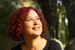 δασική πράσινη κόκκινη γυν&al Στοκ φωτογραφίες με δικαίωμα ελεύθερης χρήσης