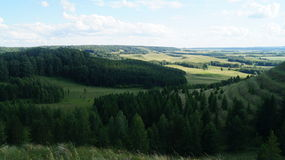 Δασική φρεσκάδα βουνών σύννεφων χλόης φύσης Στοκ φωτογραφία με δικαίωμα ελεύθερης χρήσης