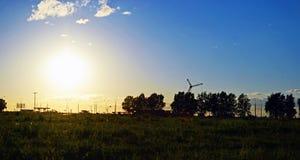 Δασική φύση πικ-νίκ calmness ηρεμίας πρασινάδων σύννεφων στροφίγγων τομέων πόλεων ηλιοβασιλέματος ουρανού Στοκ εικόνα με δικαίωμα ελεύθερης χρήσης