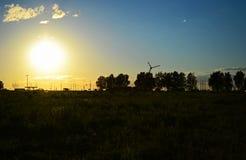 Δασική φύση πικ-νίκ calmness ηρεμίας πρασινάδων σύννεφων τοπίων στροφίγγων τομέων πόλεων ηλιοβασιλέματος ουρανού χλόης Στοκ εικόνα με δικαίωμα ελεύθερης χρήσης