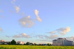 Δασική φύση πικ-νίκ calmness ηρεμίας πρασινάδων σύννεφων τοπίων στροφίγγων τομέων πόλεων ηλιοβασιλέματος ουρανού χλόης Στοκ Εικόνα