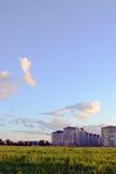 Δασική φύση πικ-νίκ calmness ηρεμίας πρασινάδων σύννεφων τοπίων στροφίγγων τομέων πόλεων ηλιοβασιλέματος ουρανού χλόης Στοκ Εικόνες